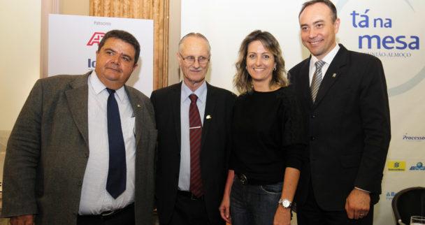 O cenário do Cooperativismo. A Presidente da FEDERASUL Simone Leite acompanhada dos palestrantes: Vergílio Perius, Presidente da OCERGS -SESCOOP/RS.