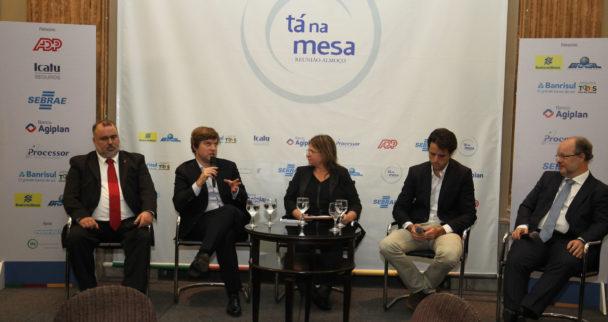 31/05/2017 - Porto Alegre, RS - FEDERASUL - Tá na Mesa. FEDERAÇÃO DE ENTIDADES EMPRESARIAIS  DO RS. Tema: TALKSHOW - MODELOS INVADORES DE NEGÓCIOS.  Painelistas: Cristian Cavalheiro, vice-presidente de TI da GETNET. Greg Balasko, CFO da LOGGI, Pedro Englert, CEO da STARTSE. Mediadora Patrícia Knebel, repórter e colunistas do jornal do Comércio. Foto: Itamar Aguiar/Agência Freelancer.