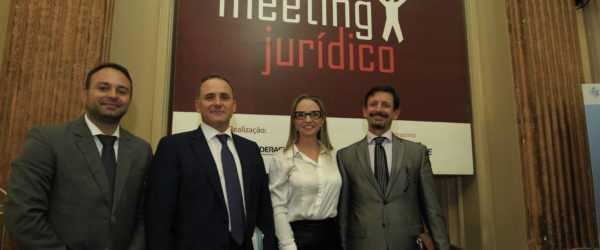 Marcelo Gazen mediou o debate entre Iván La Riva, Denise Fincato e Andre Jobim de Azevedo – Foto: Itamar Aguiar